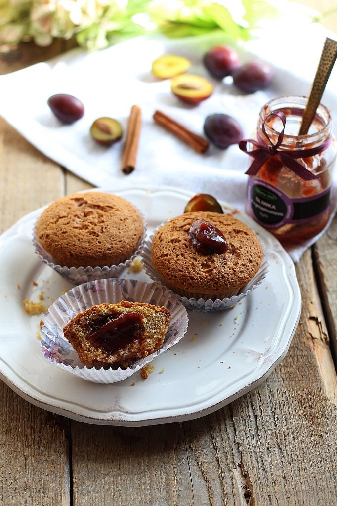 Muffiny orkiszowe z konfiturą śliwka i cynamon.