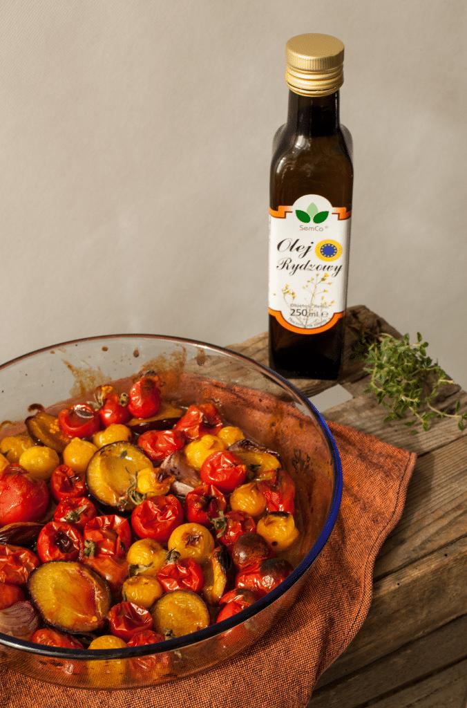 Pieczony sos pomidorowo-śliwkowy z olejem rydzowym.
